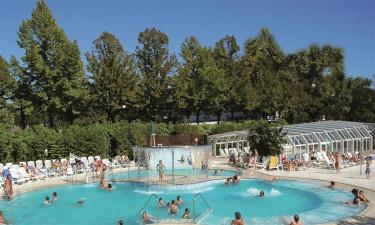 Plads med poolområde