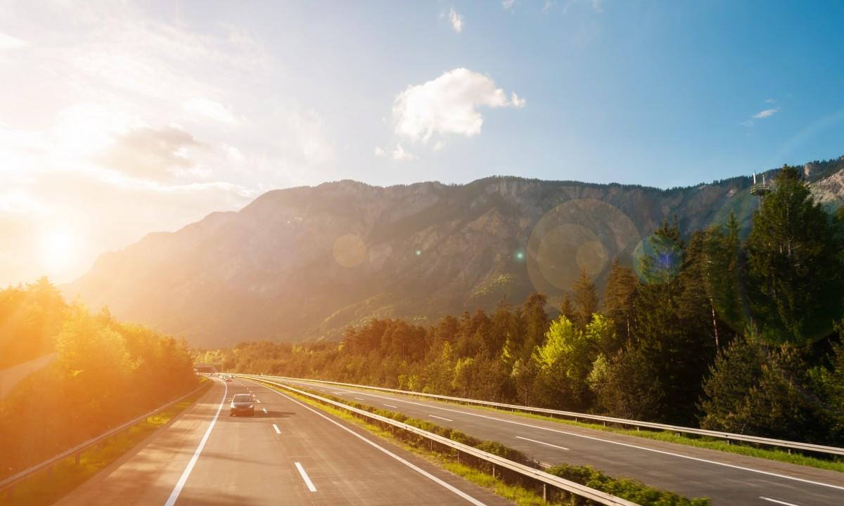 Landevej med udsigt til bjerge i Sydtyskland