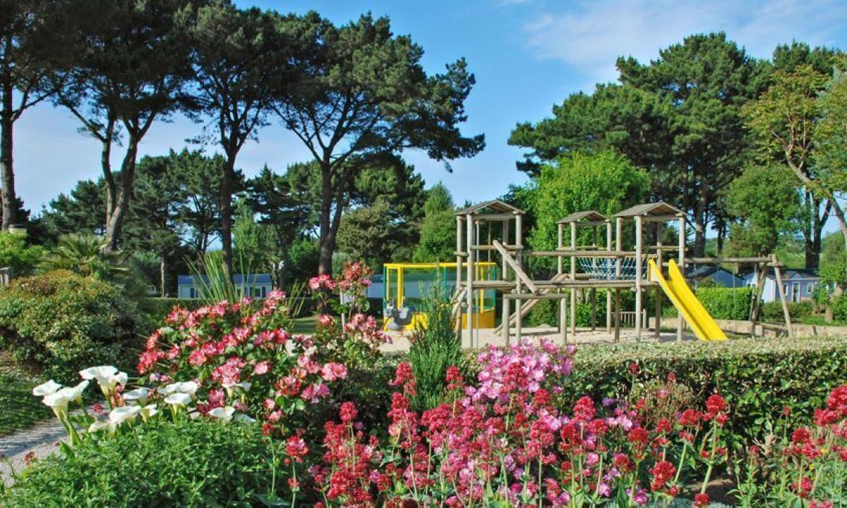Have og legeplads på feriestedet