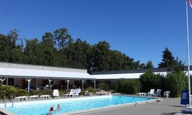 Indendørs og udendørs pool samt nærliggende sandstrand
