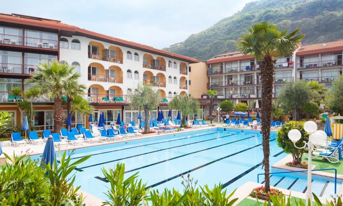 Hotel Majestic Palace ved Gardasoeen i Italien - Poolomraade