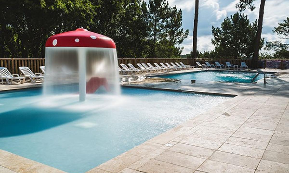 Swimmingpool og boernebassin