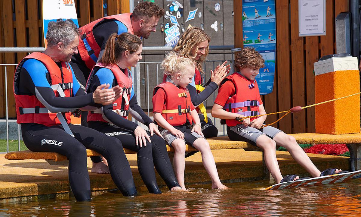 WaWaCo - Familie prøver kræfter med wakeboard