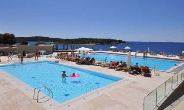 Lækkert poolområde og direkte adgang til strand