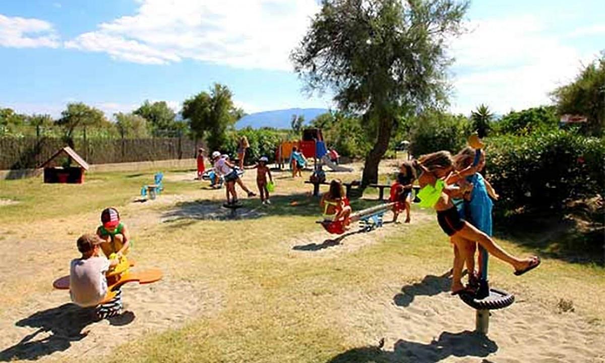 Familietid på legepladsen