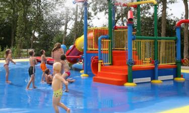 Sjovt poolområde med legeplads og rutsjebane