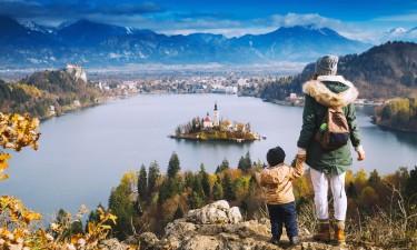 Mor og barn der kigger udover soe i Slovenien