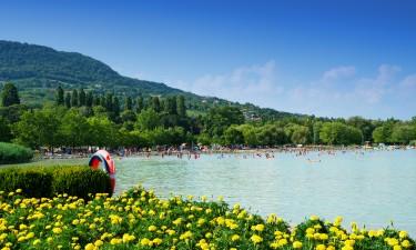 Strand og turister ved Balatonsoeen