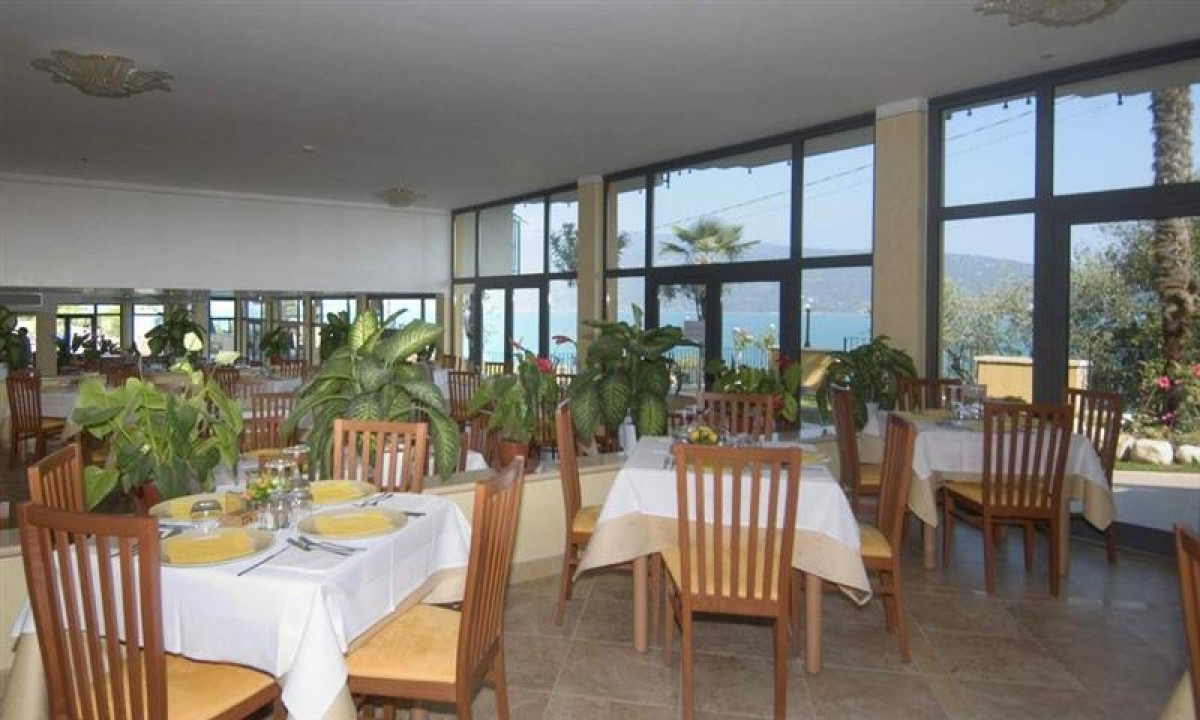 Restaurant paa Hotel Piccolo Paradiso ved Gardasoeen, Italien