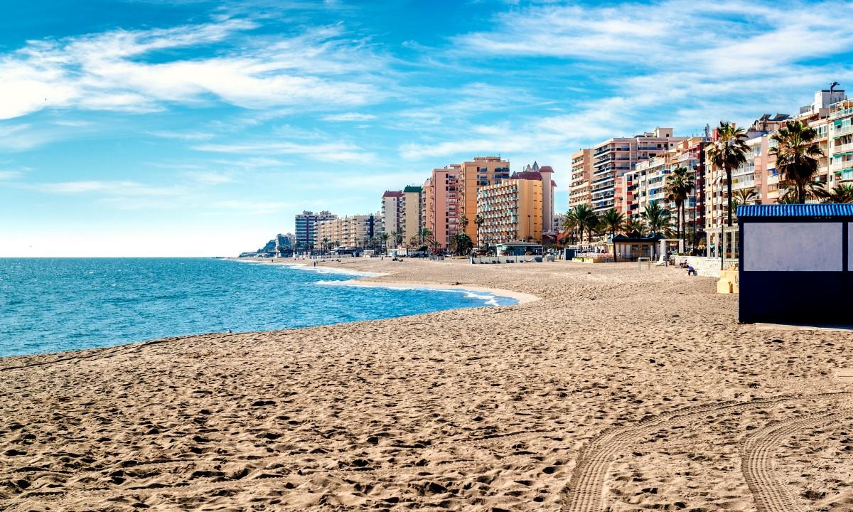 Strand paa Costa del Sol Spanien