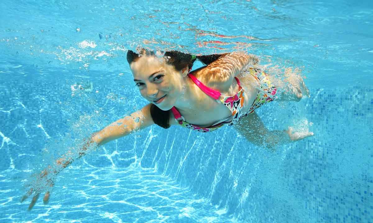 Pige i pool