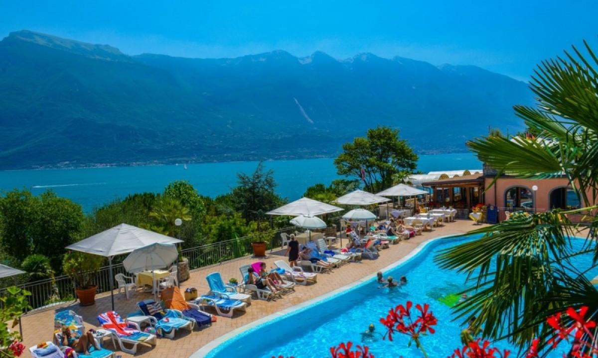 Garda - Udsigt over pool og sø