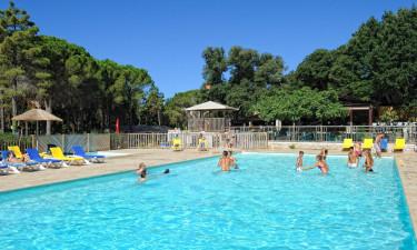 Swimmingpool og liggestole