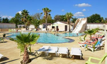 Lækkert, stort poolområde med plads til leg
