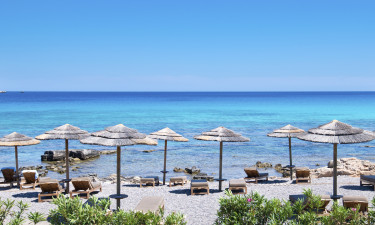 Afslapning paa en graesk strand