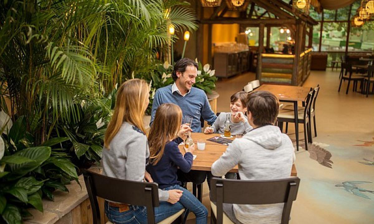 Les Ardennes - Familie på restaurant i badelandet
