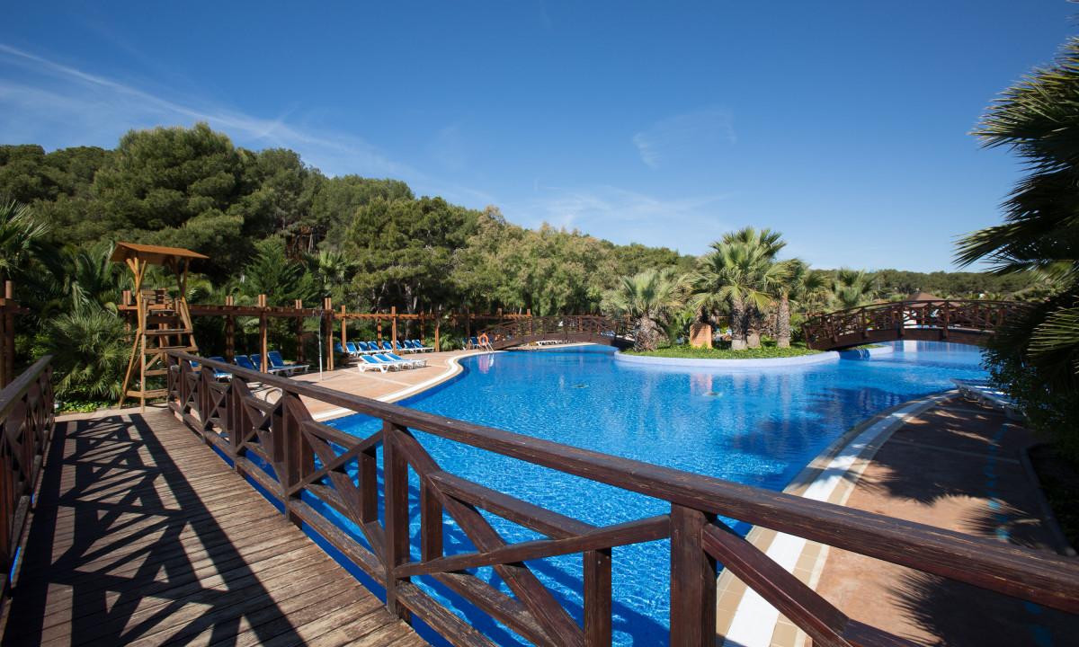 Swimmingpool paa Torre de la Mora