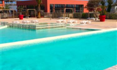 Både indendørs og udendørs swimmingpool samt fantastisk sandstrand