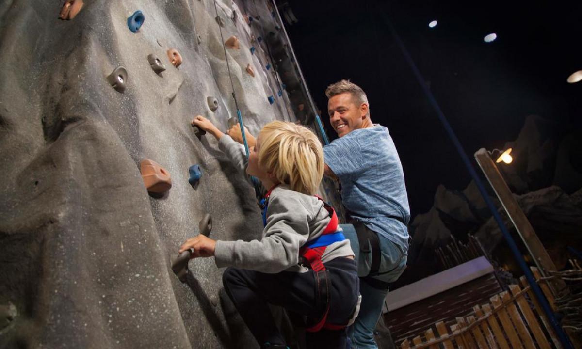 Lalandia Billund - Far og søn på klatrevæg