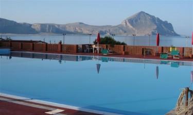 Swimmingpool med havvand og direkte adgang til strand