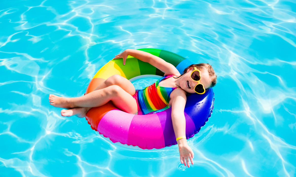 Swimmingpool - Pige i badering ved poolen