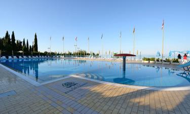 Poolområde og privat strand