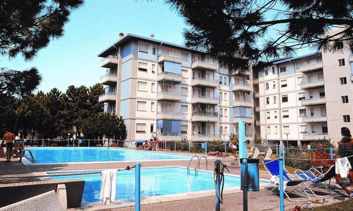 Althea - Poolområdet med privat have