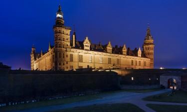 Oplyst Kronborg slot om aftenen