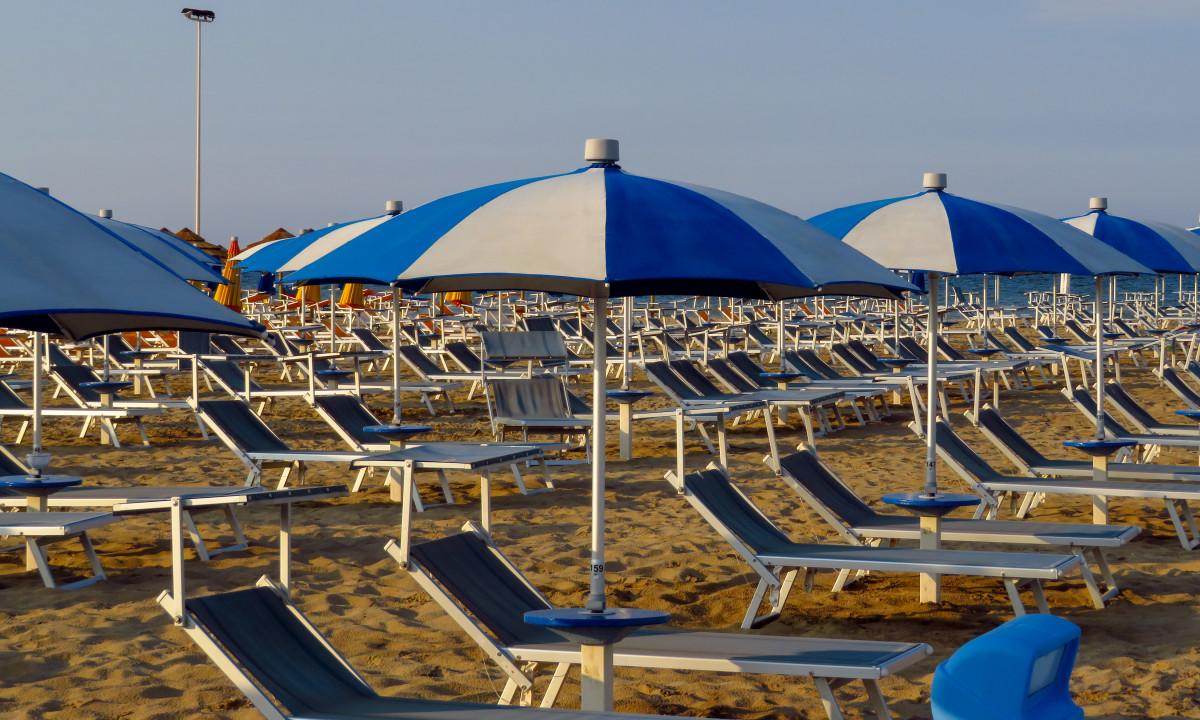 Strand - Solsenge og parasoller ved vandet