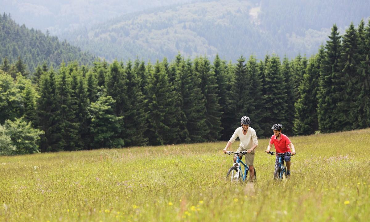 Tag på cykeltur i Tyskland - Far og søn i naturen