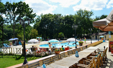 Feriestedets restaurant og poolområde