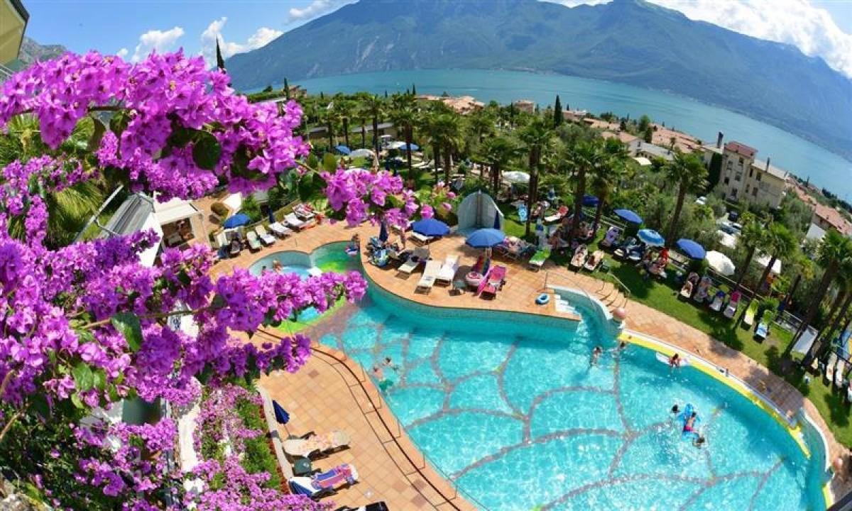 Hotel Royal Village - Pool samt udsigt til Gardasoeen
