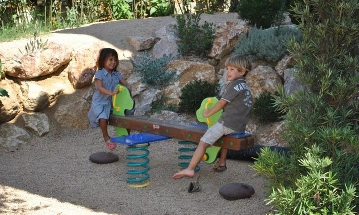 To børn på en vippe
