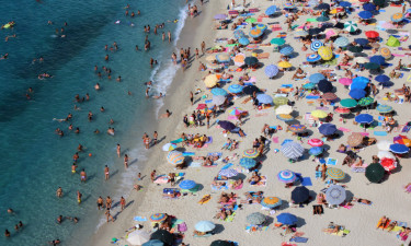 Strand med badegæster
