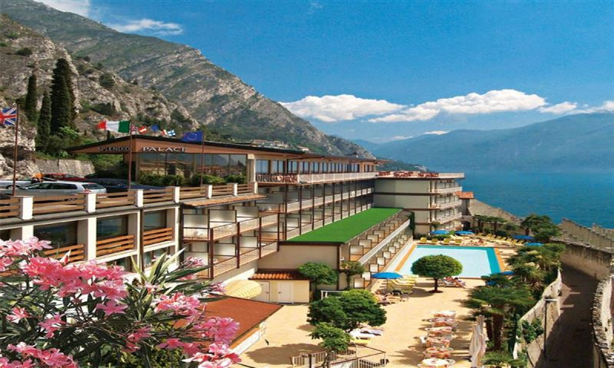 Hotel Splendid Palace ved Gardasoeen - Hotellet set udefra samt Gardasoeen