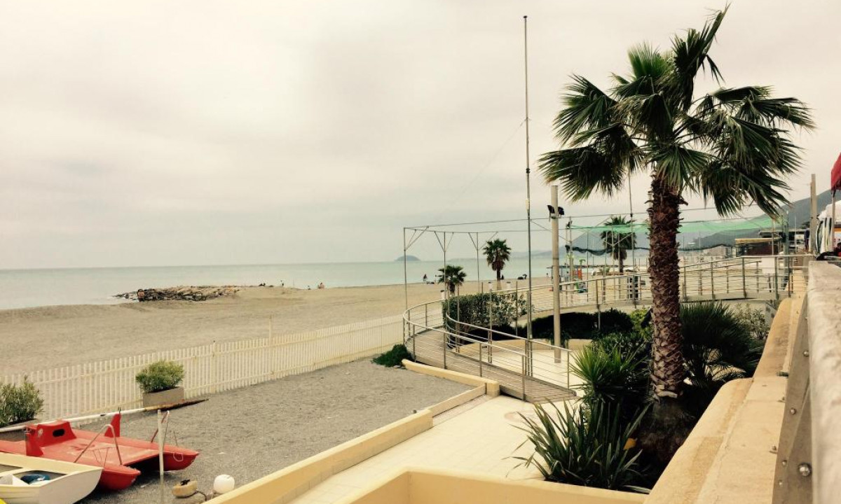 Naermeste strand paa Villa Paola