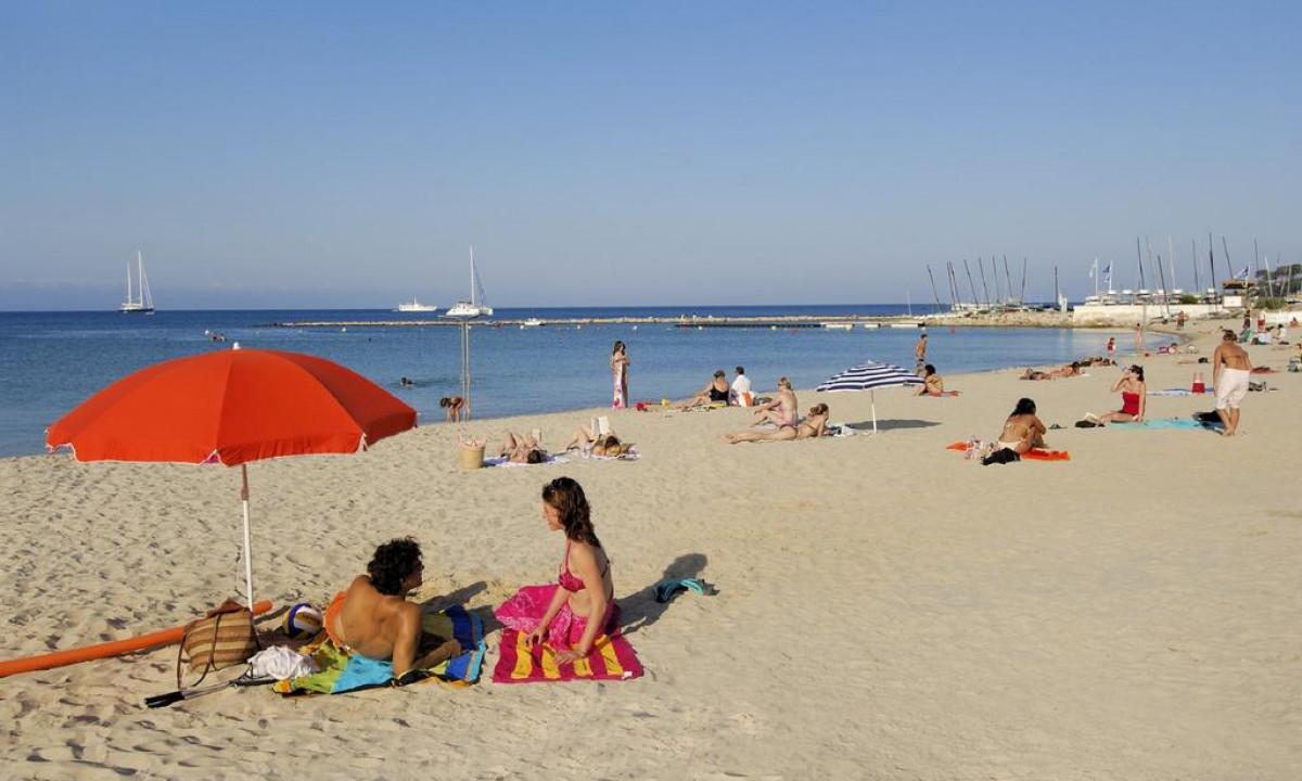 Sandstrand ved Den Franske Riviera taet paa Resideal Antibes
