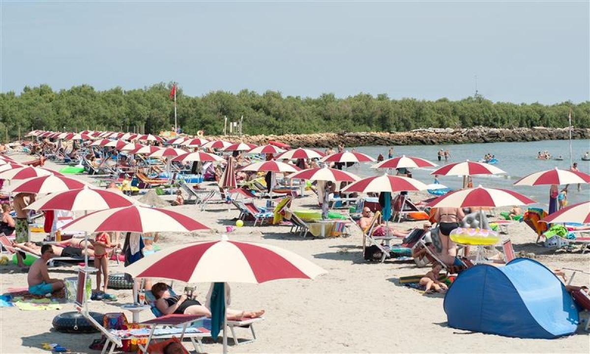 Sandstrand med parasoller