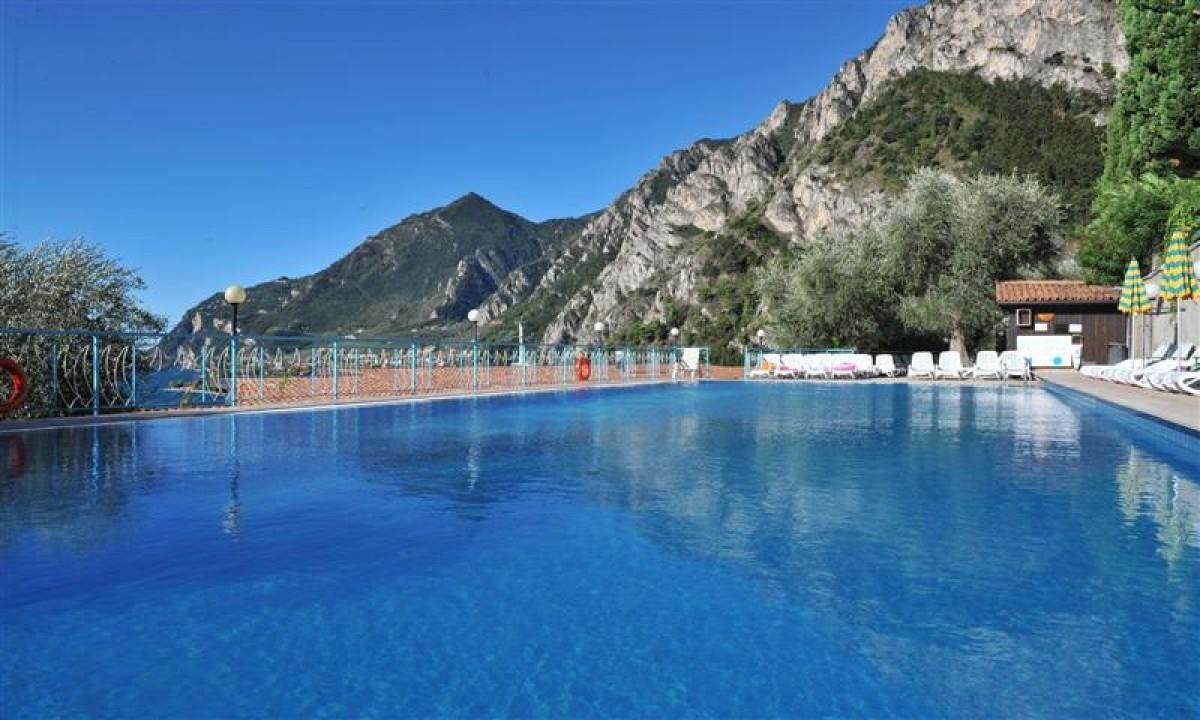 Udendoers swimmingpool paa Hotel La Limonaia ved Gardasoeen