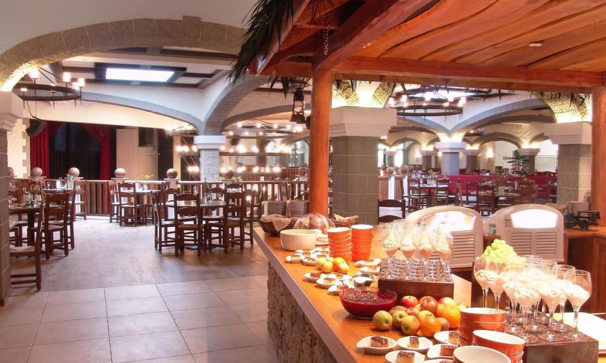 Heide Park Hotel i Tyskland - Familie der spiser på restaurant