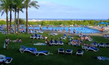 Stort poolområde og nærliggende strand og sø