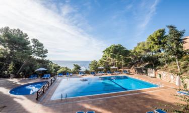 Roligt poolområde med udsigt til Middelhavet