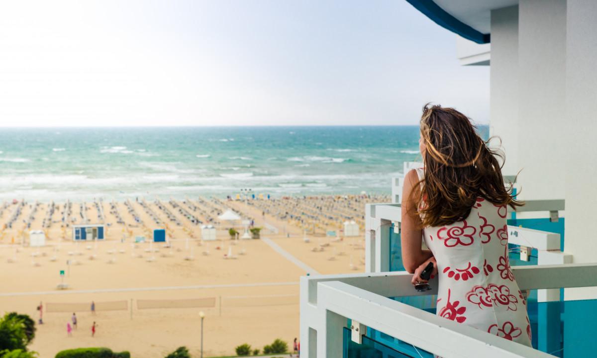 Kvinde der kigger ud over Adriaterhavet ved Bibione