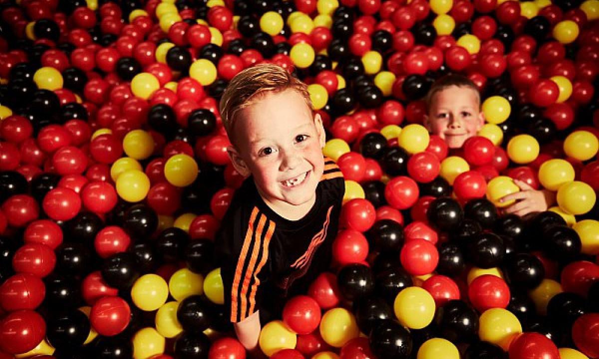 Zandvoort - To børn leger i Jump XL