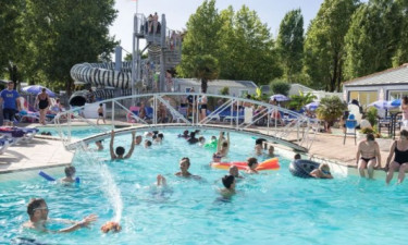 Indbydende poolområde og strand