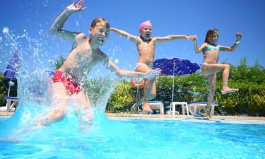 Rund swimmingpool med søudsigt