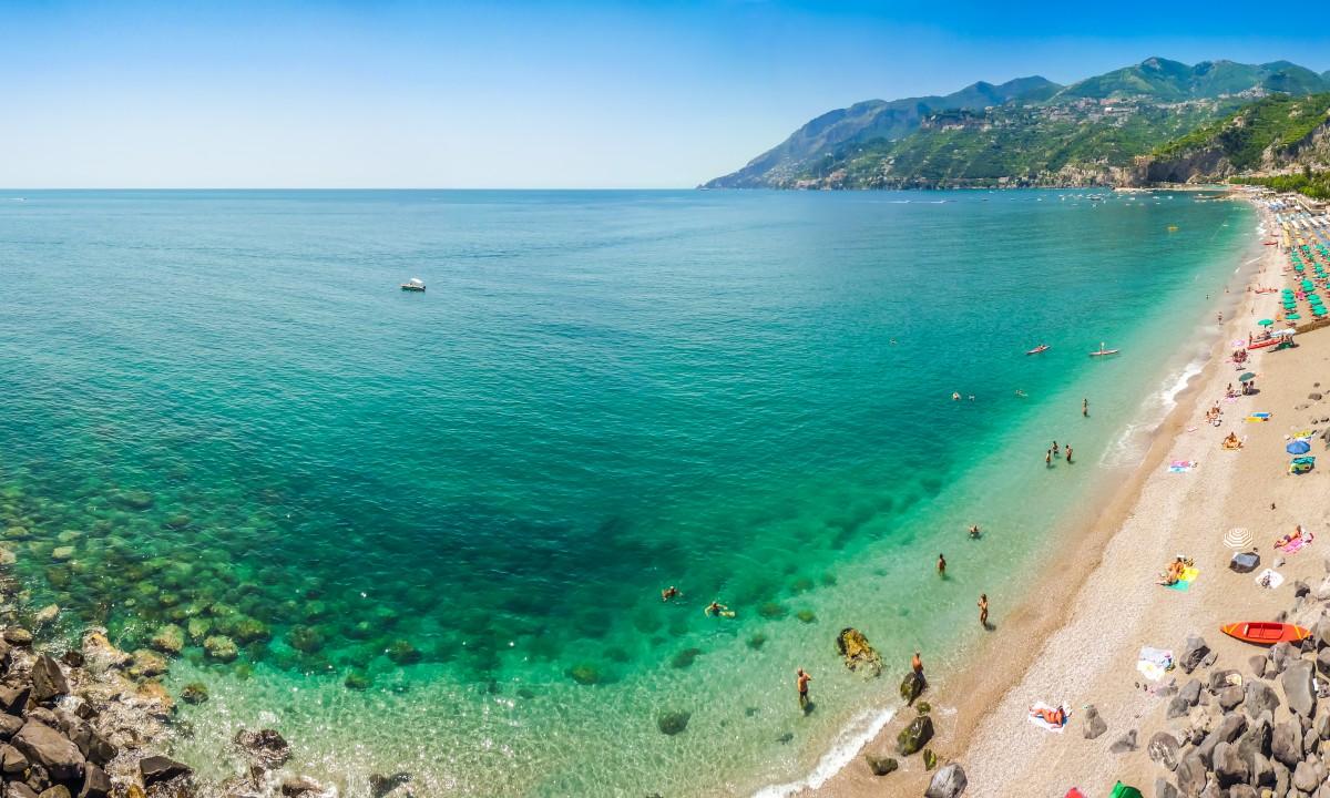 Strand paa Amalfikysten, Italien